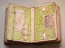 Sidor av detseende handgjorda fotoalbumet med en del av den forntida översikten Arkivfoton
