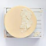 Sidor av vit vit choklad på kakan fotografering för bildbyråer
