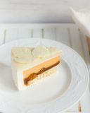 Sidor av vit vit choklad på kakan royaltyfri fotografi