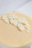 Sidor av vit vit choklad på kakan Arkivbilder