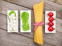 Sidor för tomater, för mozzarella, för pasta och för grön sallad Royaltyfri Fotografi
