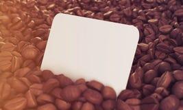 Sidosikt av affärskortet i kaffebönor som tonas Royaltyfri Fotografi