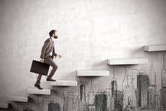 Sidosikt av affärsmannen som klättrar en konkret trappa med cityscap arkivfoto