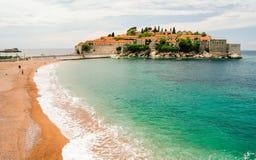 Sidosikt av Aman Sveti Stefan, Montenegro Royaltyfri Bild