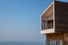 Sidosikt av apartmen för en moderna takvåning med den stora balkongen Blå himmel och horisont i bakgrunden royaltyfri fotografi