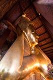 Sidosikt av att vila den buddha statyn Royaltyfri Fotografi