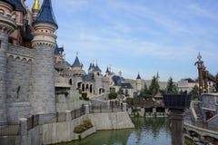 Sidosikt av bröstvärnet av att sova skönhetslotten i Disneyland, Paris Arkivfoton