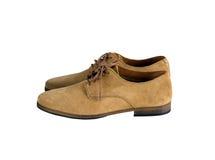 Sidosikt av bruna skor för manmockaskinnläder som isoleras på vit Arkivbilder