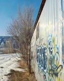Sidosikt av byggnad med grafitti Arkivfoton