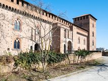 sidosikt av Castello Visconteo i den Pavia staden arkivfoto