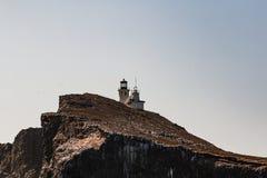 Sidosikt av den Anacapa ön med den Anacapa fyren i Kalifornien arkivbild