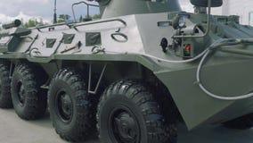 Sidosikt av den armerade personalbäraren BTR-80 APC arkivfilmer