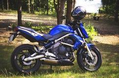 Sidosikt av den fartfyllda motorcykeln Royaltyfria Bilder