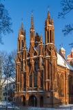 Sidosikt av den gotiska kyrkan för röd tegelsten i Vilnius, Litauen Royaltyfria Foton