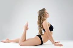 Sidosikt av den härliga kvinnan som övar pilates Fotografering för Bildbyråer
