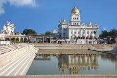 Sidosikt av den huvudsakliga Gurudwara sikh- templet i Indien Royaltyfria Bilder