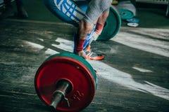 Sidosikt av den manliga idrottsman nen av powerlifter Royaltyfria Foton