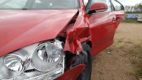 Sidosikt av den röda bilen som var i olycka Arkivfoton
