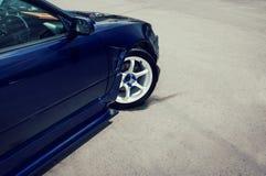 Sidosikt av den roterande lyxiga bilen Royaltyfria Foton