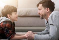 Sidosikt av den stiliga fadern och sonen som ser de royaltyfri foto