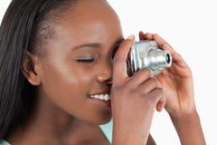 Sidosikt av den unga kvinnan som tar en bild Arkivfoton