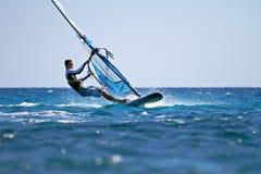 Sidosikt av den unga surfaren Royaltyfria Bilder