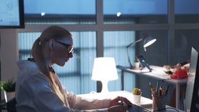 Sidosikt av den yrkesmässiga elektronikspecialisten som arbetar på datoren i modernt laboratorium stock video