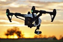 Sidosikt av det yrkesmässiga tekniskt avancerade kamerasurret (UAV) i flykten Royaltyfria Bilder