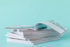 sidosikt av en bunt av tidskrifter med glansigt papper fotografering för bildbyråer