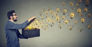 Sidosikt av en lycklig maninnehavask med briljanta idéer som är idérik och fördelande kunskap royaltyfri fotografi