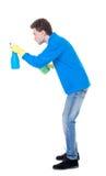 Sidosikt av en mer ren man i handskar med svampen och tvättmedel Arkivfoto