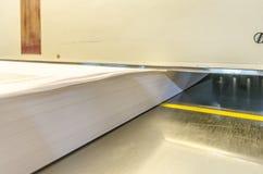 Sidosikt av en modern pappers- giljotin Arkivfoton
