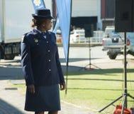 Sidosikt av en söder - afrikansk poliskvinna som bär en hatt Arkivbild