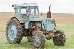 Sidosikt av en traktor T-40 Royaltyfria Foton