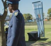 Sidosikt av en ung söder - bärande exponeringsglas för afrikansk polis Royaltyfri Bild