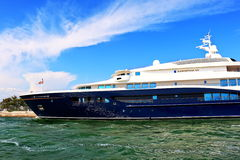 Sidosikt av en yacht Carinthia VII i Venedig, Italien Royaltyfria Bilder