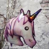 Sidosikt av enhörninghuvudet, färgrik ballong arkivfoto