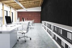 Sidosikt av ett kontor med en svart vägg royaltyfri illustrationer