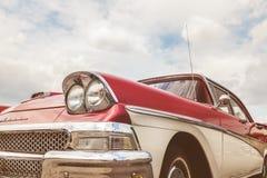 Sidosikt av ett rött med av den vita Ford Fairlane bilen Fotografering för Bildbyråer