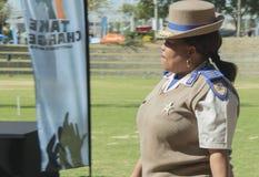 Sidosikt av för trafikpolisen för hög rang som en kvinnlig representant bär en hatt Arkivbild