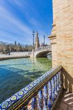 Sidosikt av kanalen och bron i plazaen de españa i seville royaltyfri foto