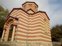 Sidosikt av kyrkan av St Nicholas i byn Drajinac, Serbien arkivbild