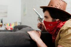 sidosikt av mannen i röd bandana och cowboyen arkivbild
