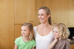 Sidosikt av modern med dottern och sonen Royaltyfria Foton