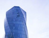 Sidosikt av moderna glass skyskrapor med reflexion Royaltyfria Bilder