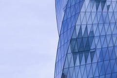 Sidosikt av moderna glass skyskrapor med reflexion Arkivbild