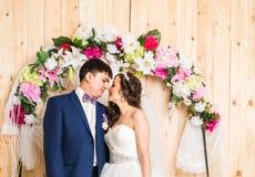 Sidosikt av nygift personpar inomhus royaltyfri foto