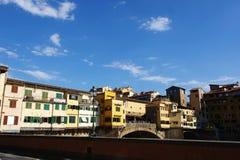 Sidosikt av Ponte Vecchio i Florence Royaltyfria Bilder