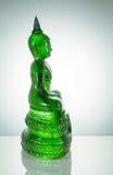 Sidosikt av smaragdBuddhastatyn med reflexion på vitbaksida Royaltyfria Bilder