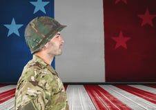 Sidosikt av soldaten framme av den franska flaggan arkivbilder